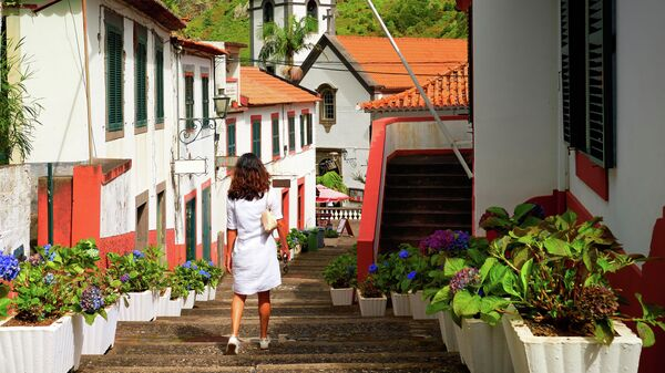 Женщина на улице деревни Сан-Висенти на Мадейре