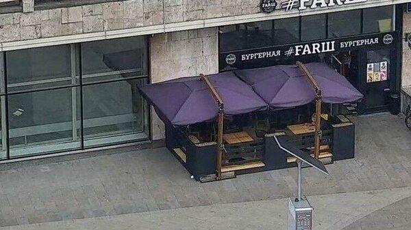 Незаконное летнее кафе на Тверской улице в Москве