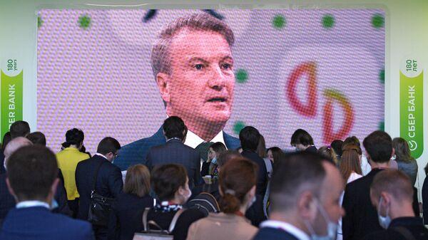 Экран с трансляцией выступления президента, председателя правления Сбербанка Германа Грефа во время делового завтрака Сбера в рамках Петербургского международного экономического форума - 2021