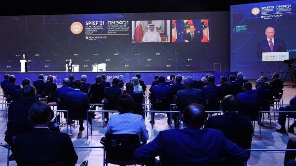 Пленарная сессия ПМЭФ-2021 с участием президента РФ Владимира Путина, эмира Катара Тамима бен Хамада Аль Тани и федерального канцлера Австрии Себастьяна Курца