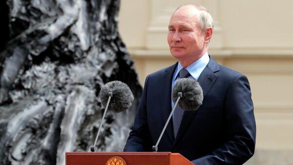 Президент РФ Владимир Путин на церемонии открытия памятника императору Александру III в Гатчине