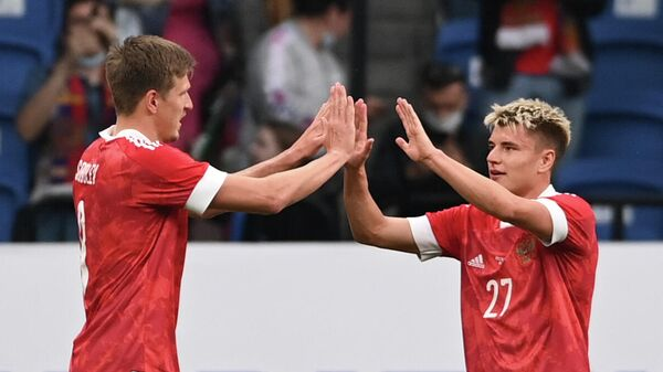 Футболисты сборной России Александр Соболев и Андрей Мостовой