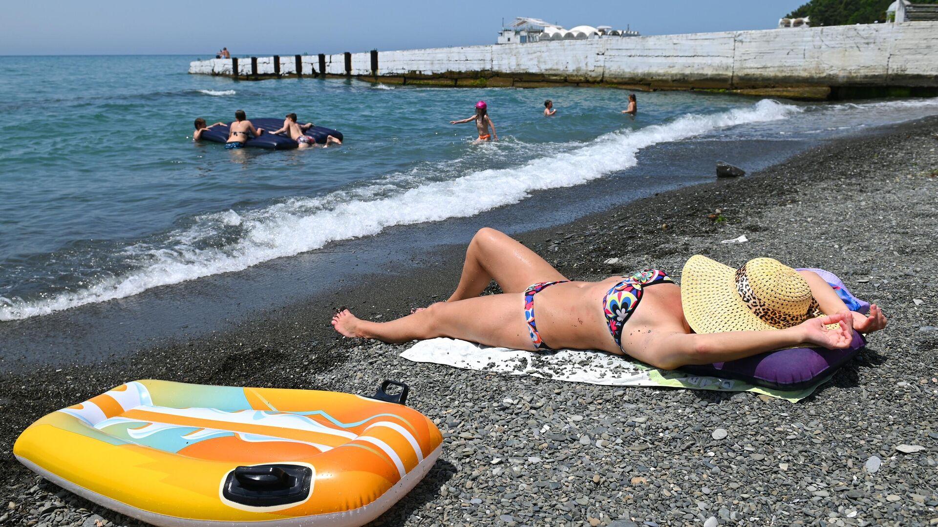 Отдыхающие на пляже в Хостинском районе города Сочи - РИА Новости, 1920, 07.06.2021