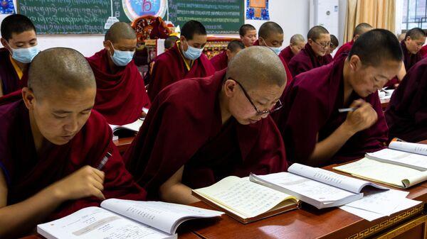 Ученики на занятиях в Буддистском институте в деревне Жэдуй городского округа Лхаса в Тибете
