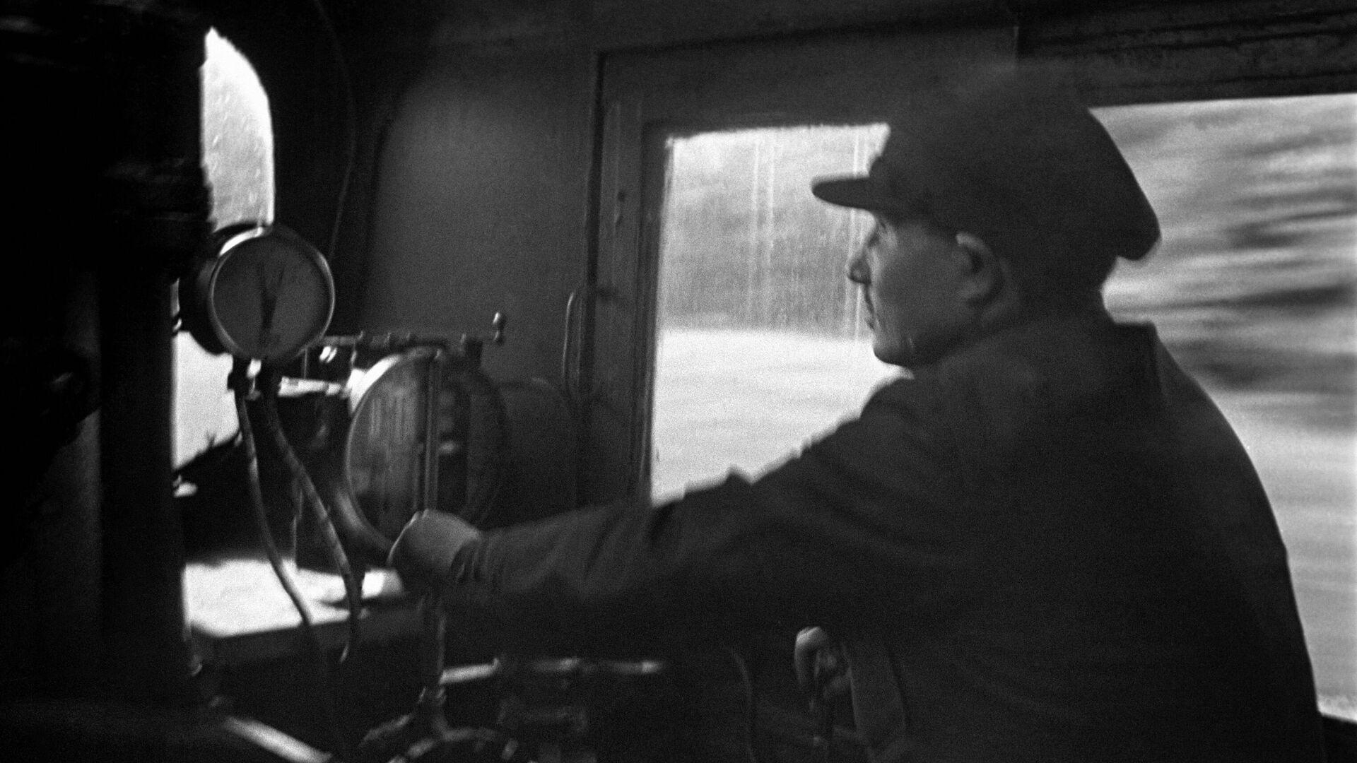 Машинист ведет пассажирский поезд Красная стрела (Москва-Ленинград). 1939 год. - РИА Новости, 1920, 10.06.2021