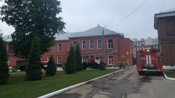 Машины и сотрудники пожарной службы возле больницы в Рязани, где в результате пожара в реанимационном отделении погибли два человека
