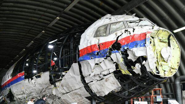Реконструированные обломки рейса MH17 авиакомпании Malaysia Airlines на авиабазе Гильзе-Рейен, Нидерланды