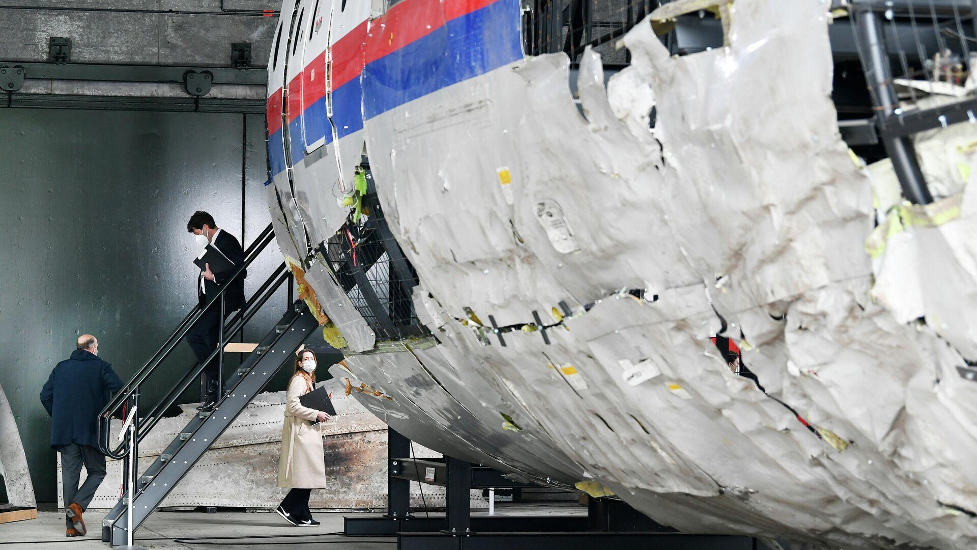 Судьи осматривают обломки рейса MH17 авиакомпании Malaysia Airlines на авиабазе Гильзе-Рейен, Нидерланды - РИА Новости, 1920, 24.06.2021
