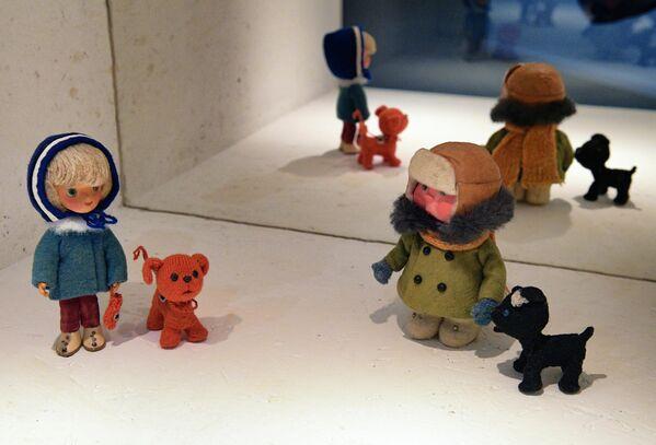 Куклы-персонажи мультфильма Варежка на выставке