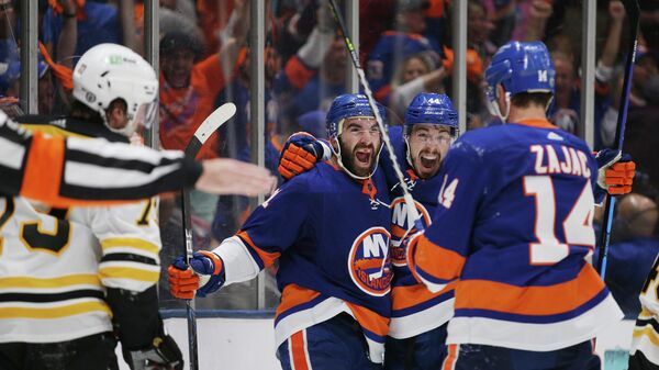 Хоккеисты Нью-Йорк Айлендерс празднуют гол в матче с Бостон Брюинз