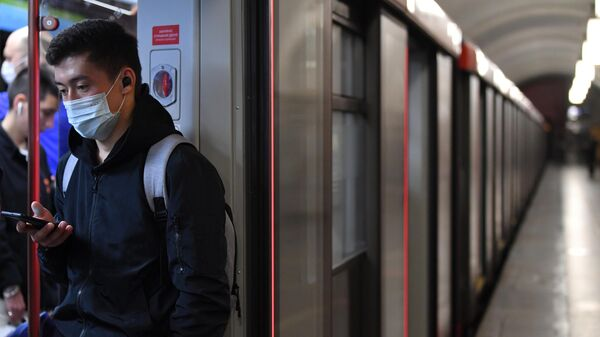 Мужчина в вагоне поезда московского метрополитена
