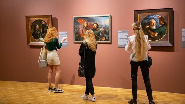 Посетители на выставке История России глазами художников в Третьяковской галерее на Крымском валу в Москве