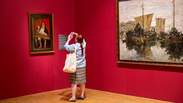 Посетительница на выставке История России глазами художников в Третьяковской галерее на Крымском валу в Москве