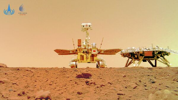 Китайский марсоход Чжужун и посадочный модуль миссии Тяньвэнь-1 на поверхности Марса. 11 июня 2021