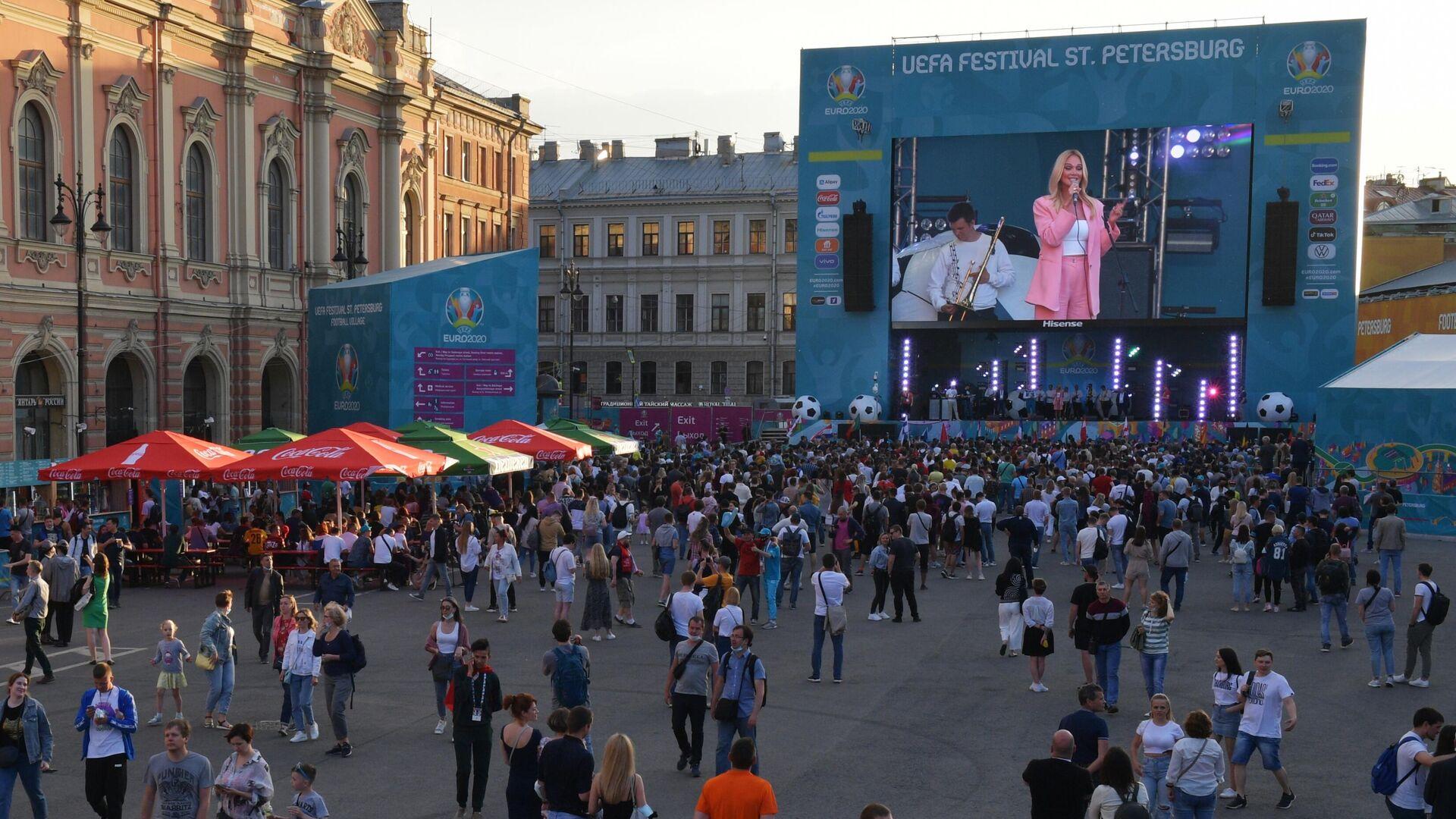 Посетители на открытии фан-зоны чемпионата Европы по футболу 2020 на Конюшенной площади  - РИА Новости, 1920, 11.06.2021
