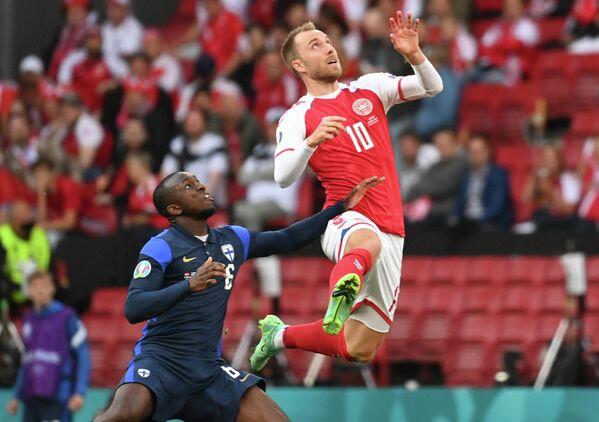 Полузащитник сборной Дании Кристиан Эриксен (справа) и хавбек сборной Финляндии Глен Камара