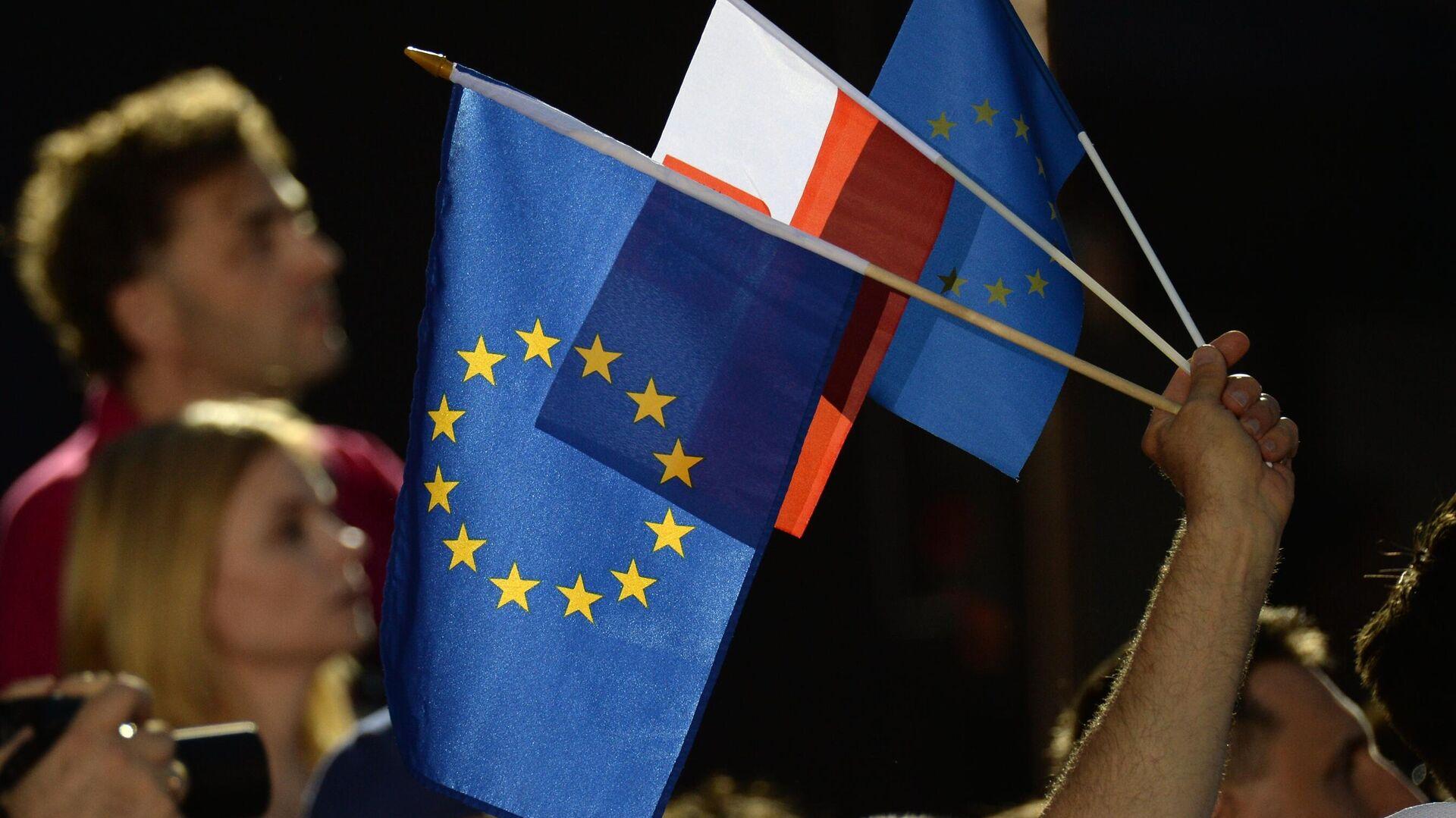Люди с флагами Евросоюза и Польши в Варшаве - РИА Новости, 1920, 15.09.2021