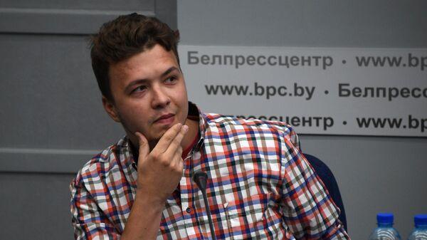 Задержанный в Белоруссии Роман Протасевич принимает участие в пресс-конференции в Минске