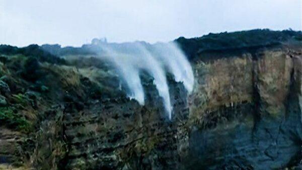 Вызов гравитации: в парке Порт-Кэмпбелл струи водопада поднялись в воздух