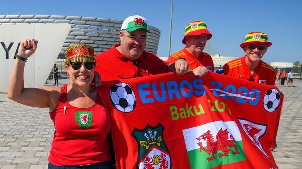 Болельщики сборной Уэльса у стадиона ЕВРО-2020 в Баку