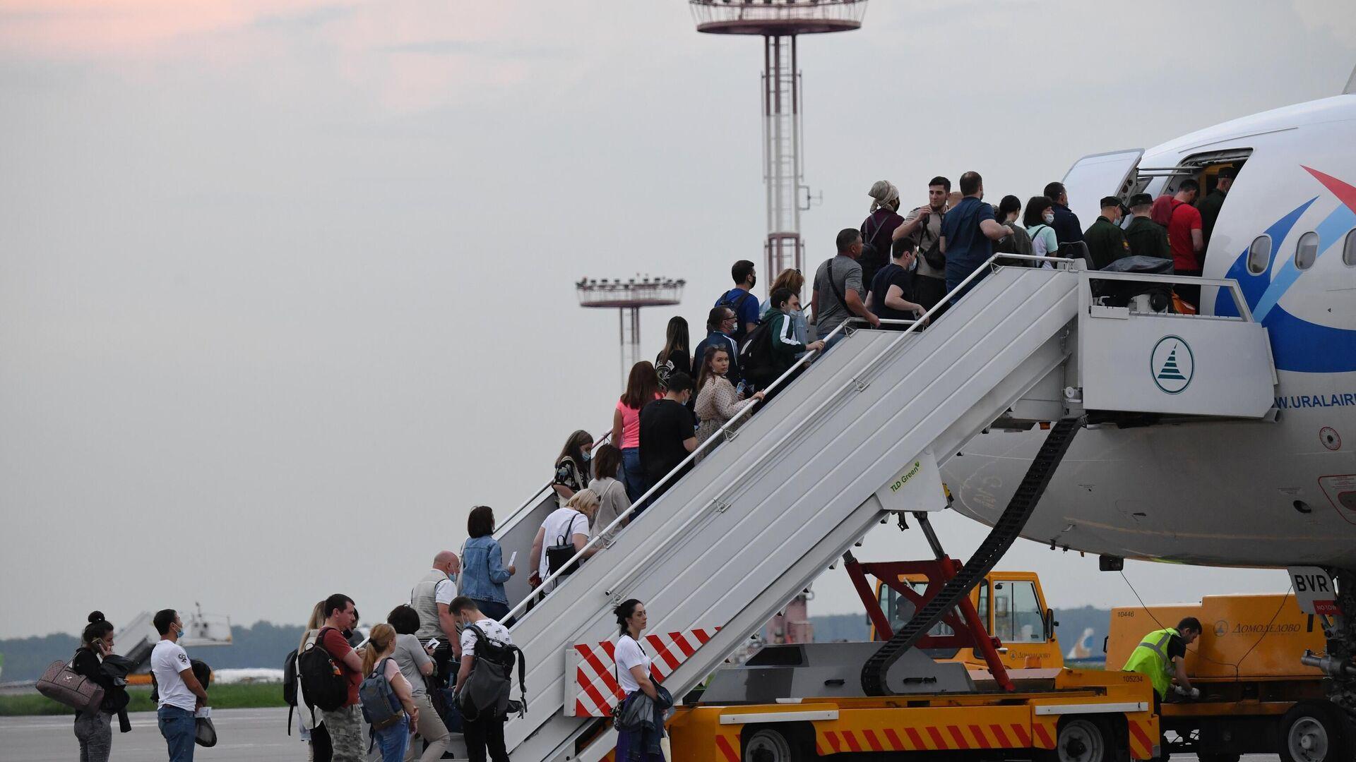 Пассажиры поднимаются на борт самолета на взлетно-посадочной полосе аэропорта Домодедово - РИА Новости, 1920, 10.09.2021