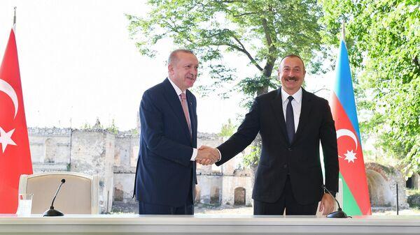 Президент Турции Реджеп Тайип Эрдоган и президент Азербайджана Ильхам Алиев на церемонии подписания декларации о союзнических соглашениях во время встречи в Шуше