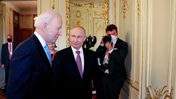 Президент РФ Владимир Путин и президент США Джо Байден перед началом российско-американских переговоров в расширенном составе на вилле Ла Гранж в Женеве