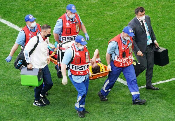 Доктора эвакуируют получившего травму Марио Фернандеса