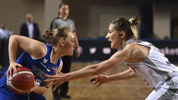Игрок сборной Эстонии Мари Сепп и игрок сборной России Марина Голдырева (справа) в матче квалификации чемпионата Европы по баскетболу 2021 между женскими сборными командами России и Эстонии.