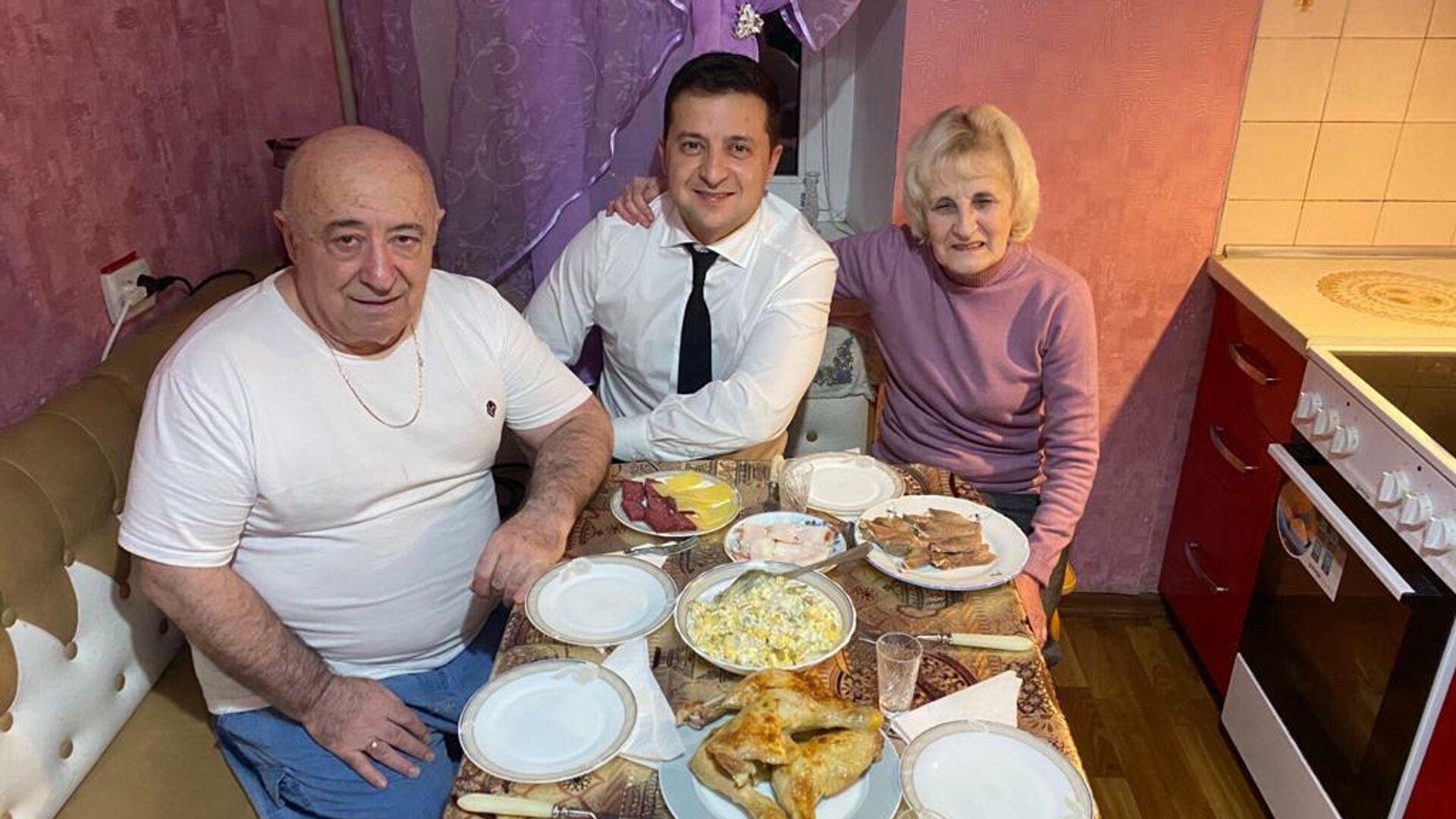 Президент Украины Владимир Зеленский с родителями - РИА Новости, 1920, 17.06.2021