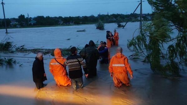 Сотрудники МЧС оказывают помощь местным жителям в Керчи