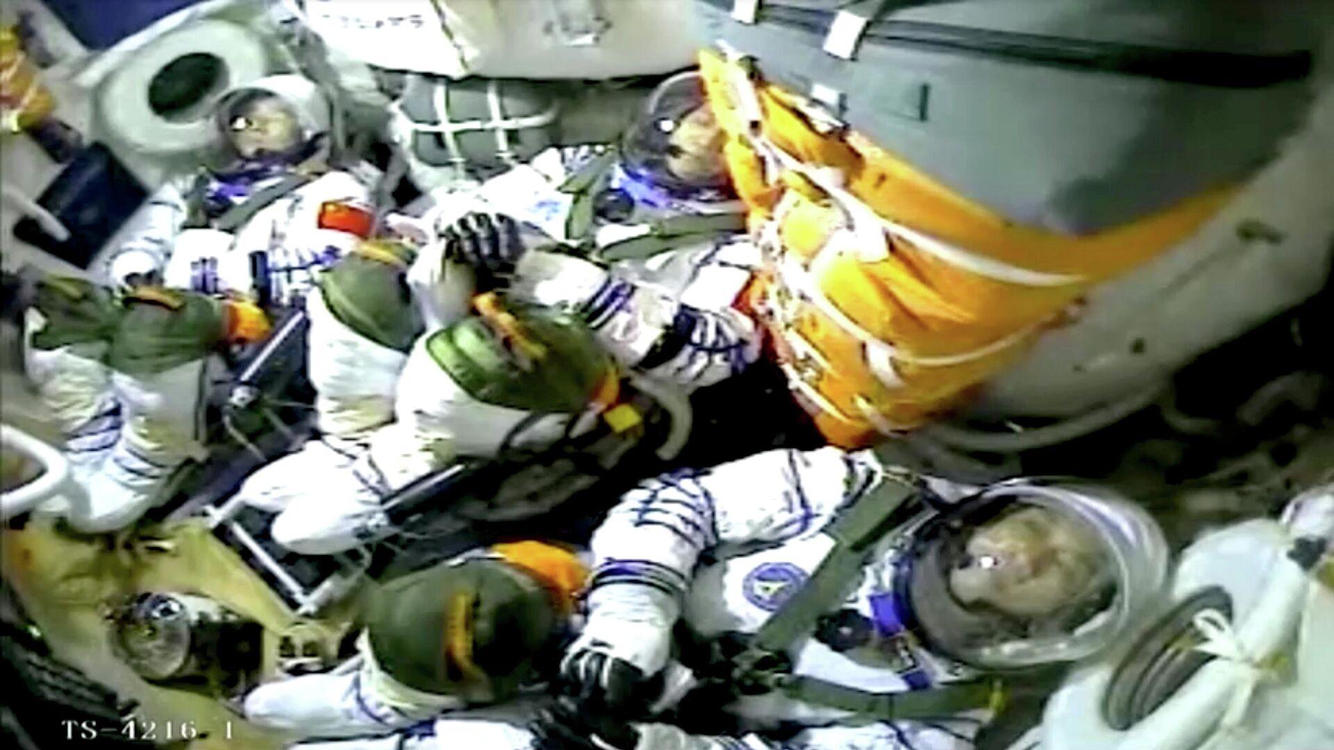 Экипаж китайского космического корабля Шэньчжоу-12. Кадр видео - РИА Новости, 1920, 04.07.2021