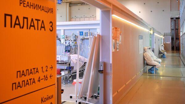 Медицинские работники возле палаты реанимации и интенсивной терапии во временном госпитале COVID-19 на ВДНХ в Москве