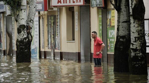 Затопленная проливным дождем улица в Керчи, Крым