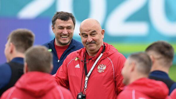 Главный тренер сборной России по футболу Станислав Черчесов (в центре)