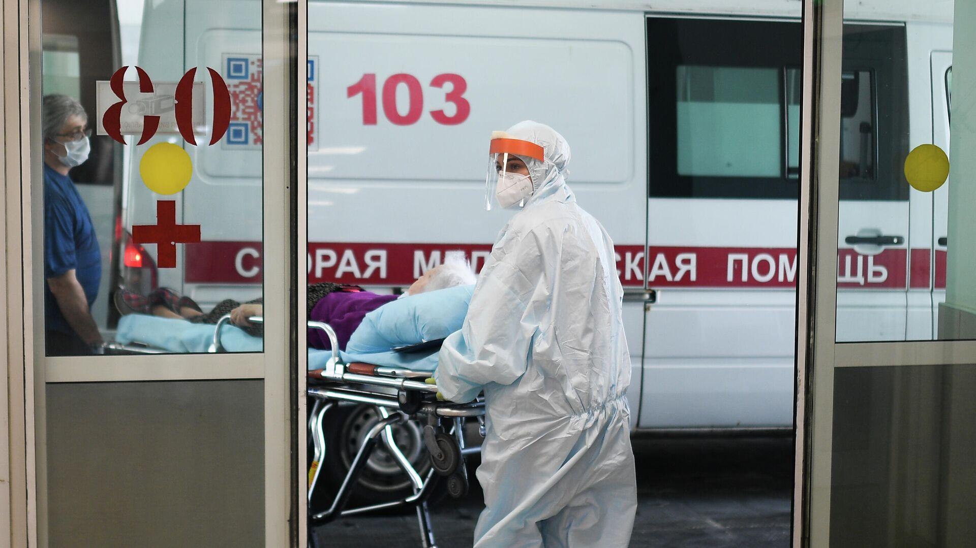 Врачи скорой помощи везут пациента в приемное отделение  - РИА Новости, 1920, 24.07.2021