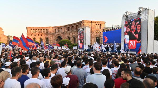 Сторонники оппозиционного блока Айастан во время агитационного митинга на площади Республики в Еревaне