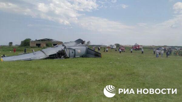 На месте жесткой посадки самолета Л-410 в Кемеровской области. Кадр из видео
