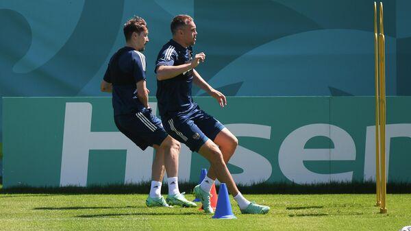 Футболисты сборной России Далер Кузяев и Артем Дзюба (справа) на тренировке