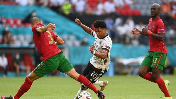 Нападающий сборной Германии Серж Гнабри (в центре)