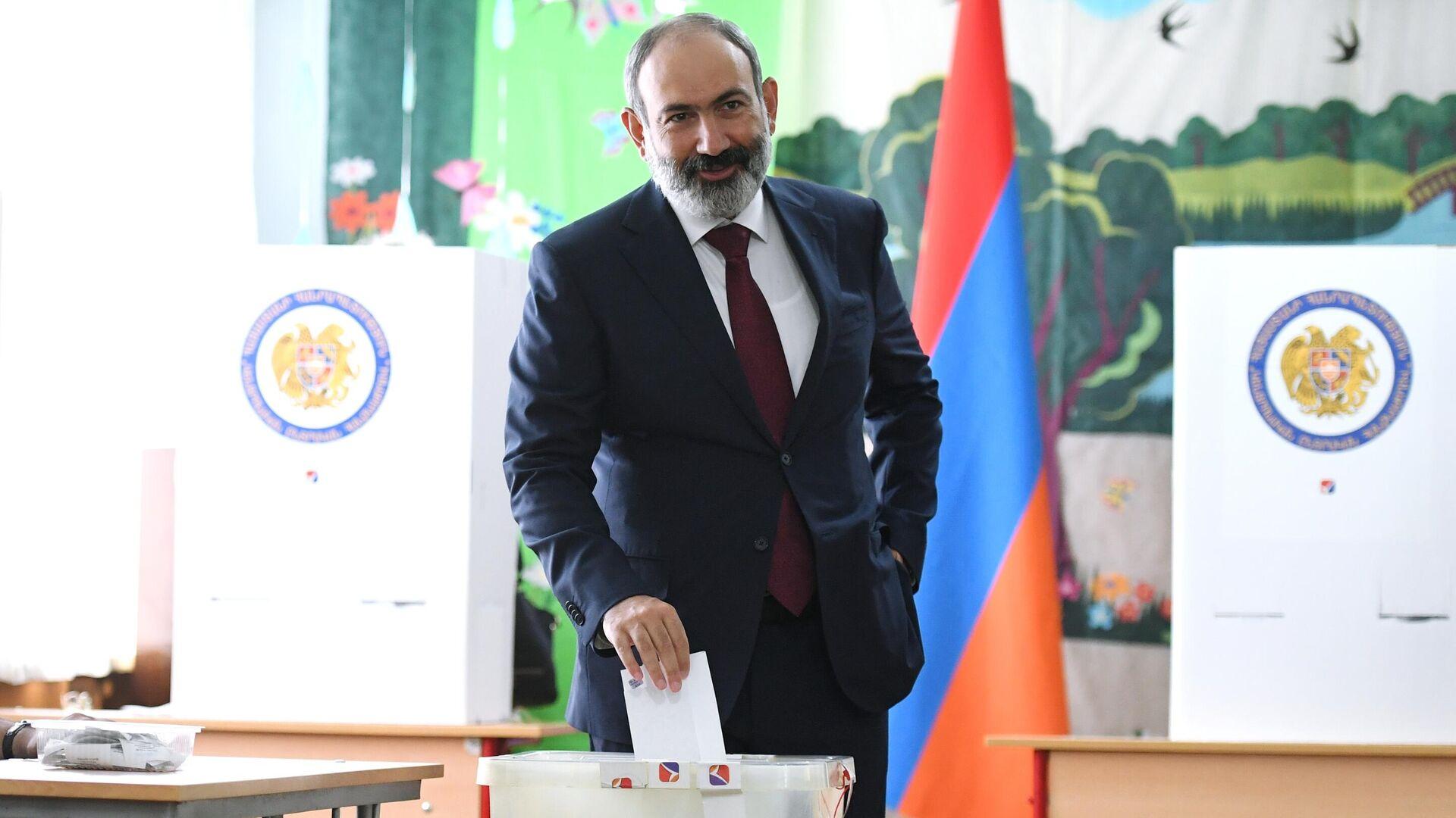 Исполняющий обязанности премьер-министра Никол Пашинян в одном из избирательных участков во время досрочных парламентских выборов в Армении - РИА Новости, 1920, 21.06.2021