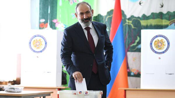 Исполняющий обязанности премьер-министра Никол Пашинян в одном из избирательных участков во время досрочных парламентских выборов в Армении