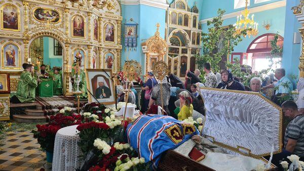 Церемония прощания со скончавшимся в пятницу архиереем Луганской епархии митрополитом Луганским и Алчевским Митрофаном в Свято-Петропавловском кафедральном соборе в Луганске
