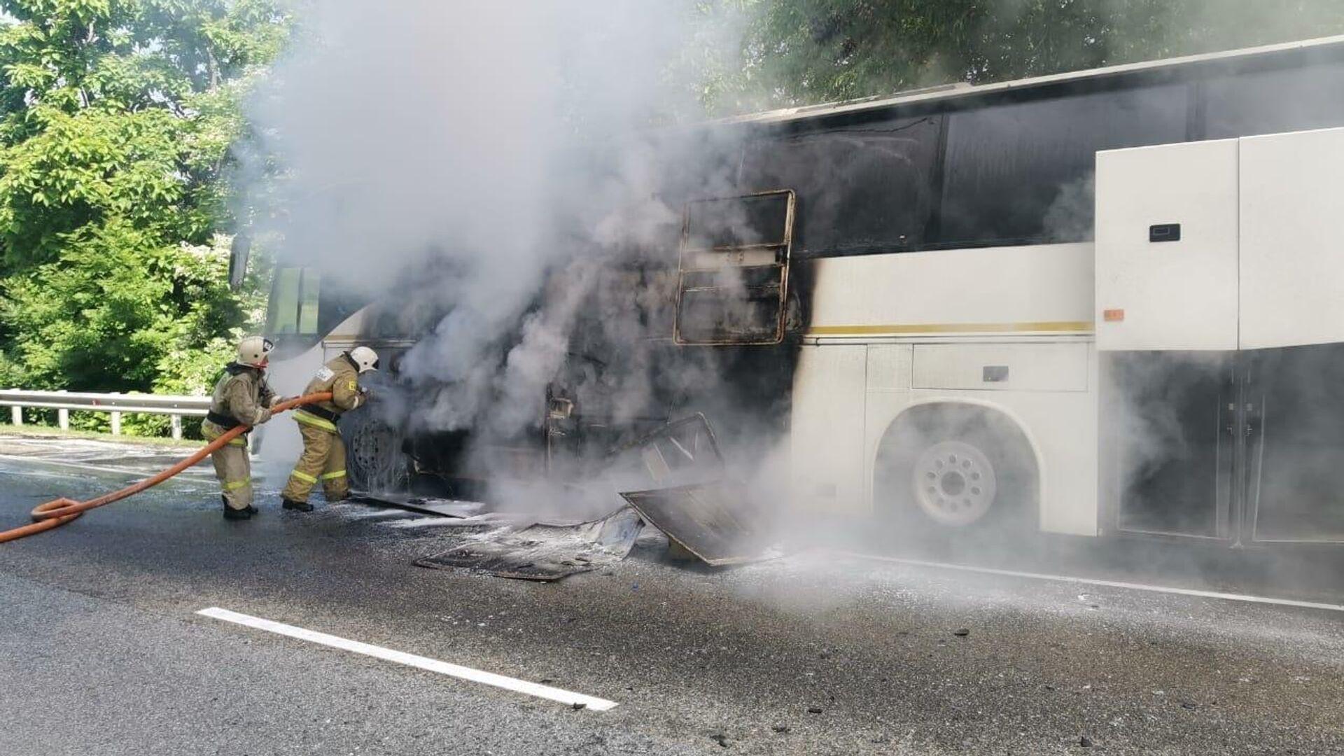 Два автобуса столкнулись на трассе Джубга-Сочи в Туапсинском районе, один из них загорелся - РИА Новости, 1920, 21.06.2021