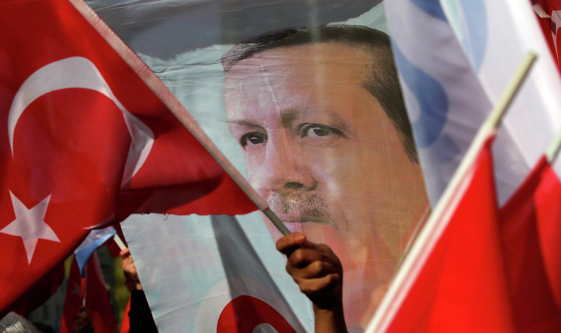 Сторонники президента Турции Реджепа Тайипа Эрдогана с флагами и транспарантами  - РИА Новости, 1920, 15.07.2021