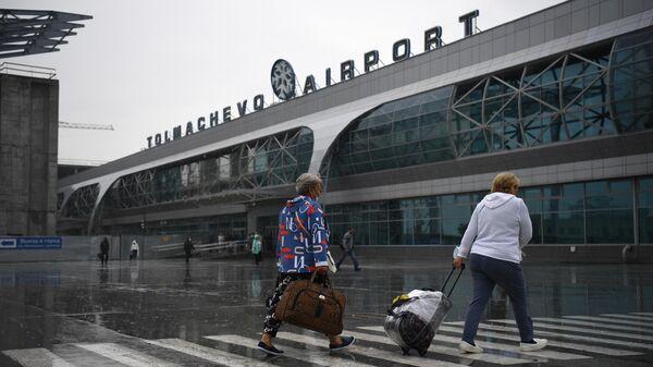 Пассажиры перед входом в аэропорт Толмачево в Новосибирске