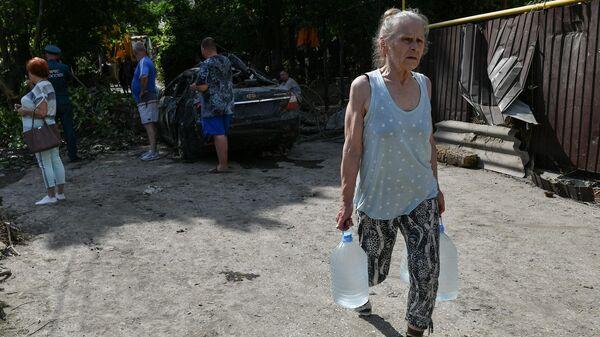 Сотрудники МЧС и местные жители на одной из улиц Ялты во время ликвидации последствий наводнения
