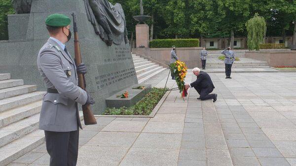 Президент ФРГ Франк-Вальтер Штайнмайер во время возложения венка в советском военном мемориале в Берлин-Панкове