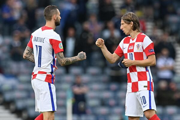 Полузащитники сборной Хорватии Марцело Брозович и Лука Модрич (справа)