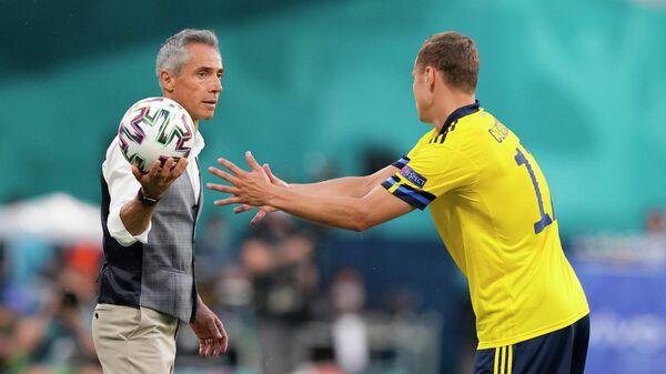 Главный тренер сборной Польши Паулу Соуза (слева) и нападающий сборной Швеции Виктор Классон
